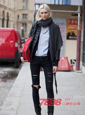 灰色t恤+黑色破洞牛仔裤+白色皮衣+黑色皮鞋+黑色